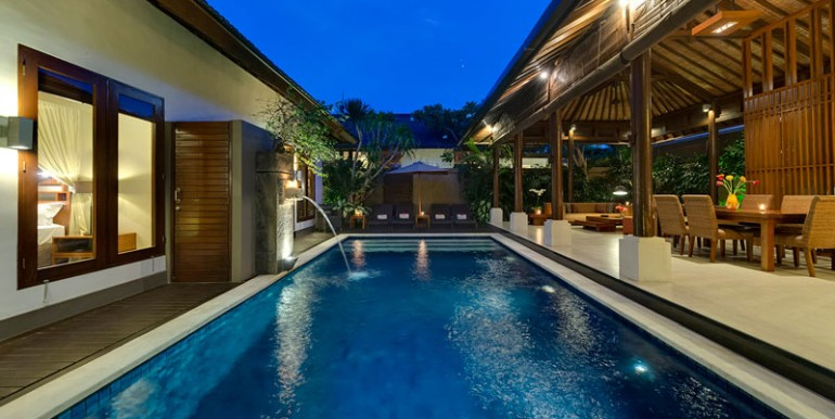 LKI-The-pool-at-night