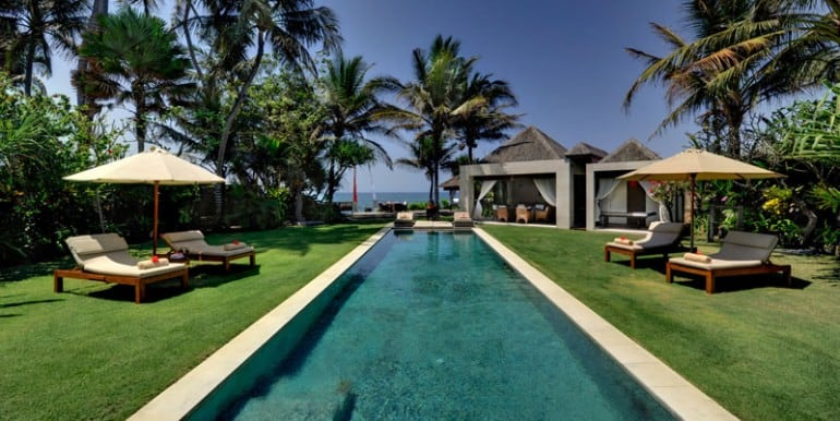 MA-Garden-sunloungers-and-pool