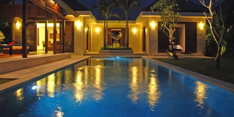 Villa-YUD-The-pool-at-night